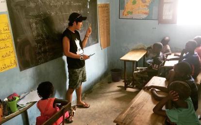 セネガルの子供たちへの基礎教育に努める日本人チャイルドケアボランティア